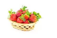 Poignée de fraises dans un panier en osier Image stock