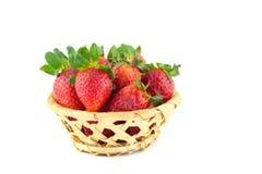 Poignée de fraises dans un panier en osier Photographie stock libre de droits