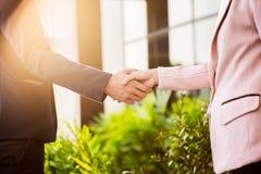 Poignée de main amicale de réunion de plan rapproché entre la femme d'affaires et le b Photos libres de droits