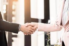 Poignée de main amicale de réunion de plan rapproché entre la femme d'affaires et le b Image libre de droits