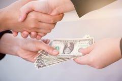 Poignée de main de Businees avec l'argent Images libres de droits
