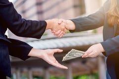 Poignée de main de Businees avec l'argent Photo libre de droits