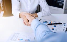 Poignée de main de CEO de cadres commerciaux au lieu de réunion photographie stock