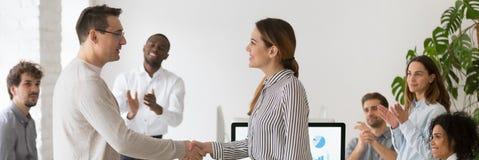 Poignée de main de CEO de société avec l'employé féminin promu félicitant avec le succès photos stock