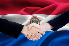 Poignée de main d'accord avec le drapeau du Paraguay Photo stock