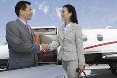 Poignée de main d'affaires à l'aérodrome Image libre de droits