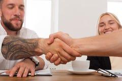 Poignée de main d'affaires à la réunion de bureau, à la conclusion de contrat et à l'accord réussi Photos libres de droits