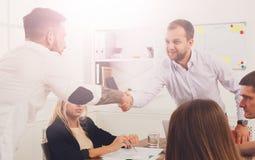 Poignée de main d'affaires à la réunion de bureau, à la conclusion de contrat et au su Photos libres de droits