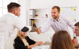 Poignée de main d'affaires à la réunion de bureau, à la conclusion de contrat et au su Image stock