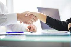 Poignée de main d'affaires à la réunion ou à la négociation dans le bureau Les associés sont satisfaisants parce que signant le c image stock