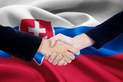 Poignée de main d'affaires avec le drapeau de la Slovaquie Image libre de droits