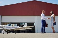 Poignée de main d'affaires dans le domaine d'aéroport Photo libre de droits