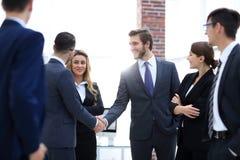 Poignée de main d'affaires des hommes d'affaires dans le bureau Photos stock