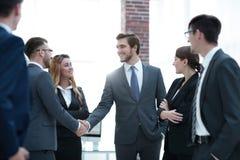 Poignée de main d'affaires des hommes d'affaires dans le bureau Image libre de droits