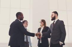 Poignée de main d'affaires, les gens dans le bureau avec l'espace de copie Photographie stock