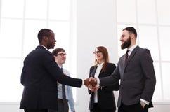 Poignée de main d'affaires, les gens dans le bureau avec l'espace de copie Photo libre de droits