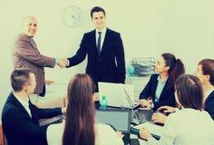 Poignée de main d'affaires lors de la réunion de bureau Photos libres de droits