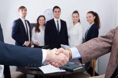 Poignée de main d'affaires lors de la réunion de bureau Photographie stock libre de droits