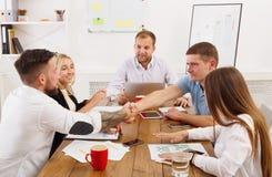 Poignée de main d'affaires lors de la réunion de bureau, conclusion de contrat Images libres de droits