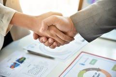 Poignée de main d'affaires lors de la réunion Photo stock