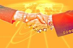 Poignée de main d'affaires sur le fond avec la carte du réseau globale Photos stock