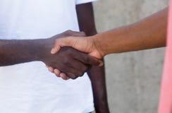 Poignée de main d'afro-américain et d'homme de latin Photographie stock libre de droits