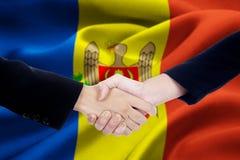Poignée de main d'amitié avec le drapeau de Moldau Image libre de droits