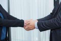 Poignée de main d'homme d'affaires et de femme d'affaires photo libre de droits