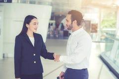 Poignée de main d'homme d'affaires et femme d'affaires de la réunion d'affaires, images libres de droits