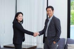 Poignée de main d'homme d'affaires et femme d'affaires après busi réussi Photographie stock libre de droits