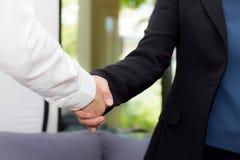 Poignée de main d'homme d'affaires et femme d'affaires après réussi photo libre de droits