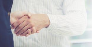 Poignée de main d'homme d'affaires et femme d'affaires après réussi photos stock
