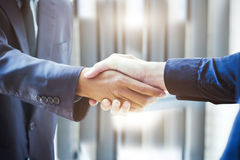 Poignée de main d'hommes d'affaires ; succès, s'occupant, pair de salutation et d'affaires Photos stock