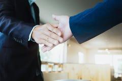 Poignée de main d'hommes d'affaires ; succès, s'occupant, pair de salutation et d'affaires Image libre de droits