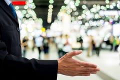 Poignée de main d'offre d'homme d'affaires Photo libre de droits