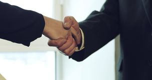 Poignée de main d'un vieil homme avec une main approximative et rayée avec une jeune femme d'affaires banque de vidéos