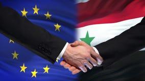 Poignée de main d'Union européenne et de la Syrie, amitié internationale, fond de drapeau banque de vidéos