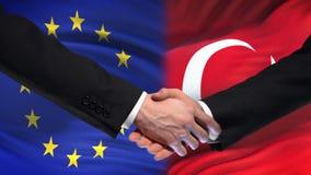 Poignée de main d'Union européenne et de la Turquie, amitié internationale, fond de drapeau banque de vidéos
