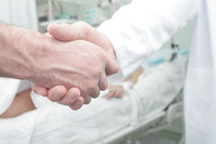 Poignée de main dans la salle d'hôpital Photo libre de droits