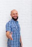 Poignée de main de Busienssman, chemise bleue vérifiée barbue occasionnelle d'usage d'homme Image stock