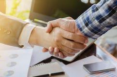 Poignée de main de Businessmans Poignée de main réussie d'hommes d'affaires ensuite Photo stock