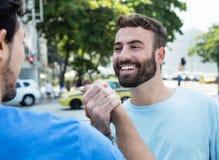 Poignée de main de deux amis dans la ville Photo stock