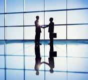 Poignée de main de deux hommes d'affaires dans le bureau Photos libres de droits