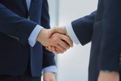 Poignée de main de deux hommes d'affaires dans le bureau Images stock