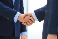 Poignée de main de deux hommes d'affaires dans le bureau Photo stock