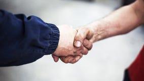 Poignée de main de deux travailleurs Photographie stock