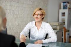 Poignée de main de femme d'affaires avec le costume image libre de droits