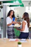 Poignée de main de femmes d'affaires photo libre de droits