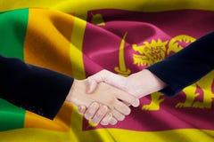 Poignée de main de négociation avec le drapeau de Sri Lanka Images stock
