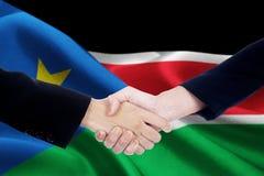 Poignée de main de négociation avec le drapeau du Soudan du sud Image stock